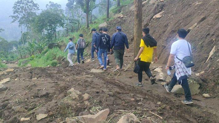 Meski Diadang Longsor, Para Pemuda Asal Cirebon Ini Nekat Wisata ke Panyaweuyan, Motor Disimpan