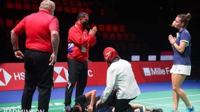 DEKAPKAN TANGAN- Yaelle Hoyaux mendekapkan kedua tangannya sebagai tanda dia meminta maaf karena lawannya dari Indonesia, Nandini Putri Arumni cedera.