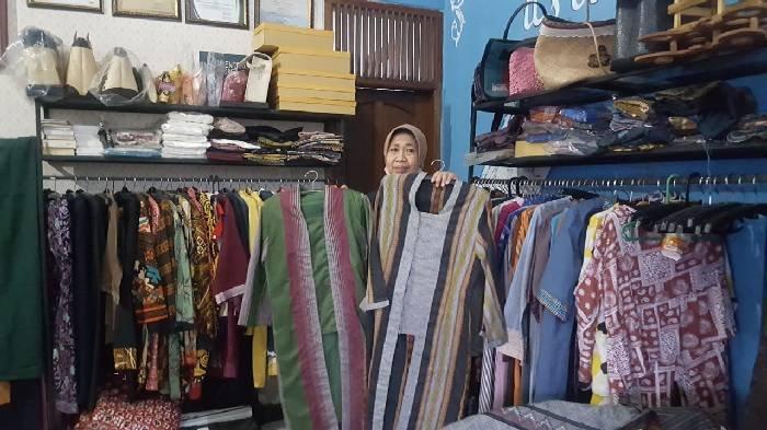 Yanti Lidiati dan baju-baju  desainnya hasil produksi kelompok wanita mandiri Ibun.