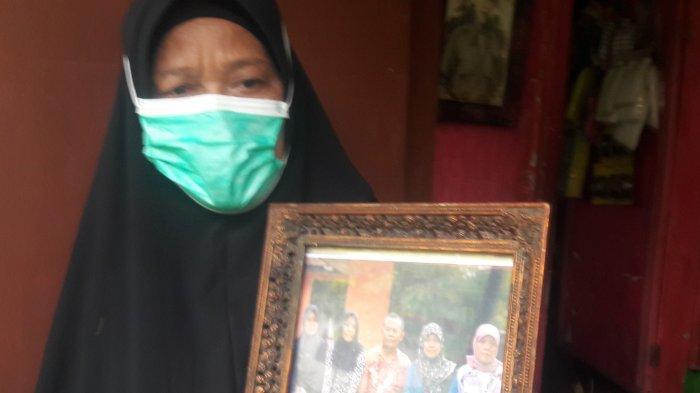 Yeti Mulyati (60) saat menunjukan foto keluarga dari Tuti korban pembunuhan di Subang