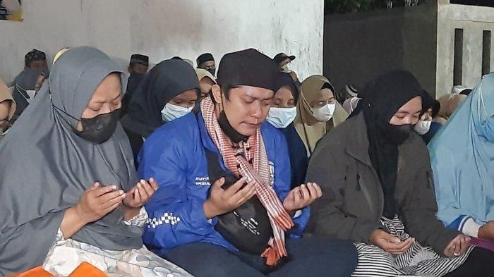 Yoris, kakak Amalia menahan tangis saat doa bersama di Subang