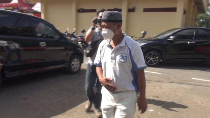 Yosef (55) saat akan memasuki ruangan Satreskrim Polres Subang, Kamis (23/9/2021). Yosef menjalani pemeriksaan ke-12 untuk mengungkap kasus pembunuhan terhadap istri dan anaknya.