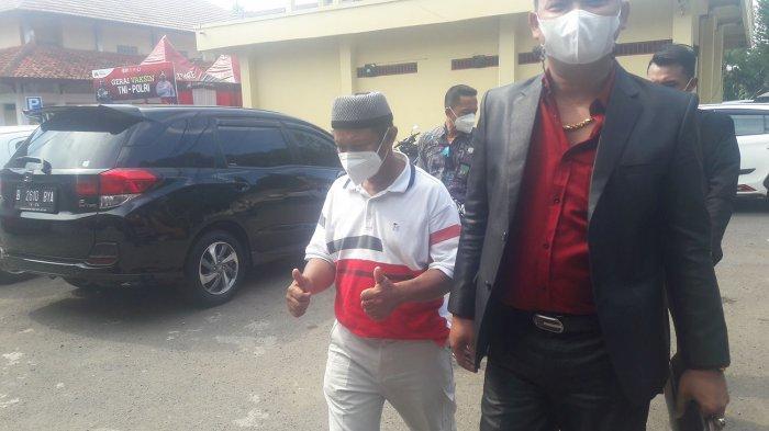 Yosef mengacungkan dua jempolnya ketika akan diperiksa di Satreskrim Polres Subang, Senin (13/9/2021).