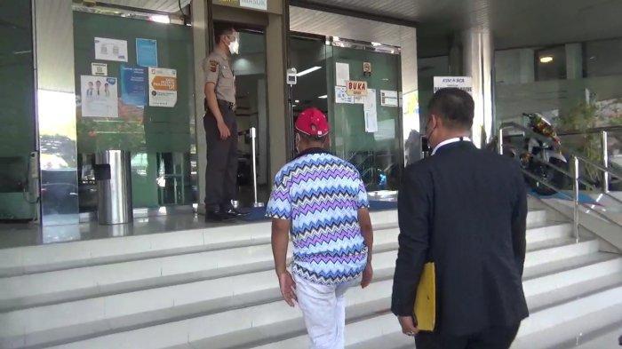 Saat Yosef (55) beserta tim kuasa hukumnya akan memasuki salah satu bank di Kabupaten Subang, Selasa (12/10/2021).