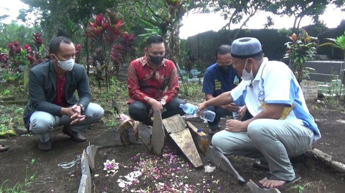 Yosef beserta tim kuasa hukumnya saat ziarah ke makam Tuti Suhartini dan Amalia Mustika Ratu di TPU Istuning, Desa Jalancagak, Kabupaten Subang, Jawa Barat, Jumat (8/10/2021) sore