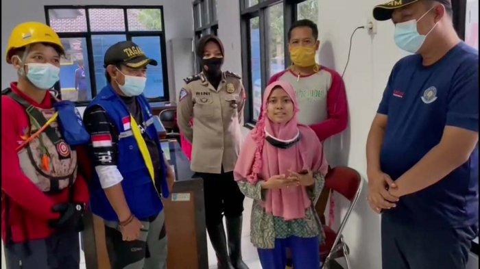 Yulianti Safitri gadis yang viral setelah meminta tolong di media sosial akhirnya dievakuasi bersama keluarganya, kini gadis dan keluarganya tersebut telah mengungsi di Kantor Kecamatan Pamanukan.