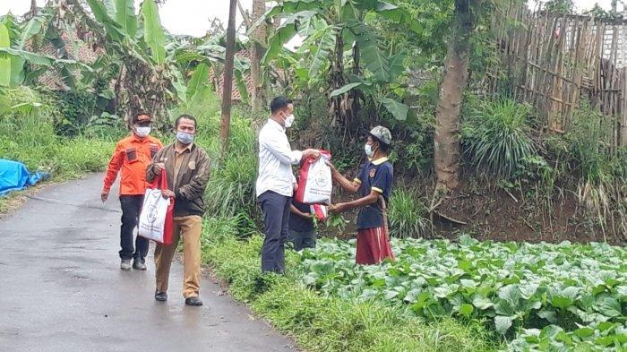 Petani di Sukabumi Kaget Tetiba Didatangi Orang Berpakaian Rapi, Ternyata Suruhan Presiden Jokowi