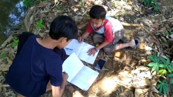 Susah Sinyal, Anak SD di Palabuhanratu Terpaksa Belajar Daring di Pinggir Sungai