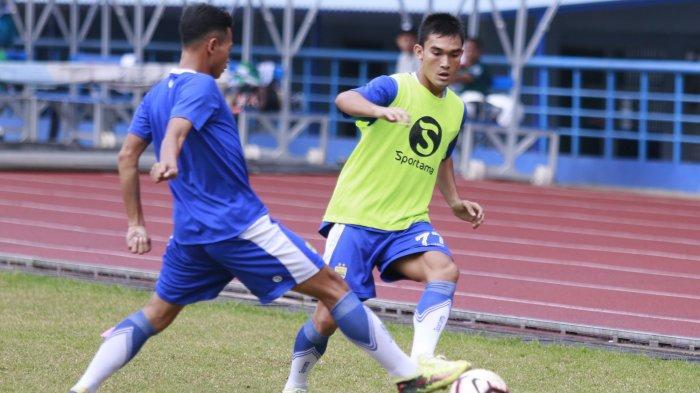 Pemain Persib Bandung Zalnando (kanan) melepaskan umpan melewati Muchlis Hadi saat mengikuti gim internal di Stadion Sport Jabar, Arcamanik, Bandung, Minggu (20/1/2019).