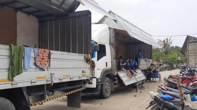 pengungsi-banjir-tidur-di-truk-kontainer.jpg