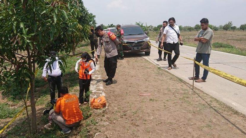 polisi-saat-mengidentifikasi-mayat-wanita-yang-ditemukan-di-kawasan-hutan-di-desa-cikawung.jpg
