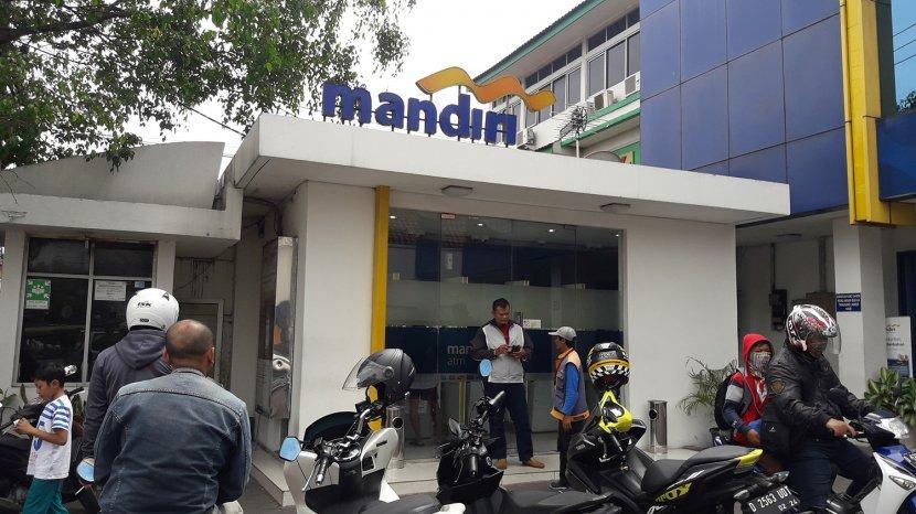 Tak Tampak Petugas Di Bank Mandiri Jalan Ah Nasution Bandung Nasabah Bingung Mengadu Ke Siapa Tribun Jabar