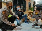 abdul-azis-memperlihatkan-kukang-kepada-petugas-polsek-cihideung-sabtu-155-malam.jpg