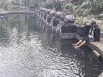 agam-pengunjung-terapi-ikan-di-teras-cikapundung_20170724_174114.jpg