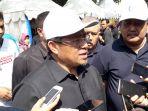 ahmad-heryawan-melayani-pertanyaan-wartawan-di-halaman-parkir-barat-gedung-sate_20170724_130614.jpg