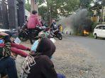 aksi-demontrasi-di-depan-kantor-desa.jpg