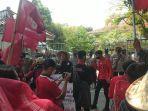 aksi-demontrasi-di-depan-kantor-setda-kabupaten-sukabumi-309-2.jpg