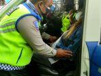 aksi-heroik-polisi-tolong-wanita-pingsam.jpg