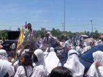 aksi-unjuk-rasa-memprotes-kasus-pernikahan-dini-yang-menimpa-seorang-siswa.jpg