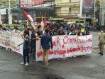aksi-unjuk-rasa-puluhan-mahasiswa-tolak-uu-omnibus-law.jpg