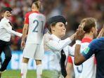 aksi-wanita-yang-menerobos-ke-tengah-lapangan-saat-final-piala-dunia-2018_20180716_150545.jpg