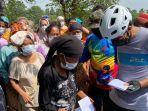 anggota-dpr-ri-saan-mustopa-saat-memberikan-bantuan-kepada-korban-banjir.jpg