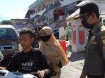 anggota-satpol-pp-sumedang-saat-melakukan-sosialisasi-denda.jpg
