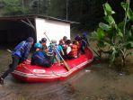 anggota-tagana-bertugas-di-lokasi-banjir-rancakalong-kabupaten-sumedang_20171110_181508.jpg