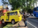 angkot-ringsek-ditabrak-minibus-serena.jpg