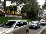 antrean-kendaraan-di-depan-taman-wisata-farmhouse-susu-lembang_20171222_145526.jpg