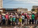 antrean-masyarakat-venezuela-untuk-mendapatkan-sembako-murah_20180825_232843.jpg