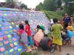 antusiasme-anak-anak-di-desa-pilangsari-saat-mewarnai-tembok-tanggul-sungai-cimanuk.jpg
