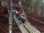 aparat-gabungan-membuat-jembatan-darurat-di-lokasi-longsor.jpg