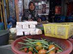 apong-50-pedagang-sayuran-di-pasar-tanjungsari.jpg