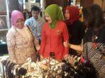 atalia-praratya-mengunjungi-stan-festival-kriya-fashion-batik_20171208_175317.jpg