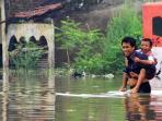 banjir-cieunteng-_-orangtua-antar-anak-sekolah_20151211_133848.jpg