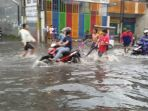 banjir-cileuncang-di-jalan-kopo-citarip-kota-bandung_20170430_204259.jpg