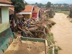 banjir-hanyutkan-rumah-di-pinggir-sungai-cimanuk-garut_20160921_123335.jpg