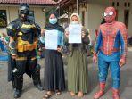 batman-dan-spiderman-saat-berpose-bersama-warga-usai-disuntik-vaksin-covid-19.jpg