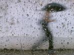 bayangan-wanita-berpayung-dibalik-kaca-terkena-hujan_20160204_083815.jpg