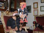bhatara-sena-pedalang-memainkan-wayang-kulit-cepot-ipis.jpg