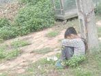 bocah-10-tahun-diikat-dengan-rantai-ke-tiang-listrik-di-pinggir-jalan-oleh-ayahnya-sendiri.jpg