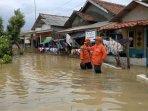 bpbd-di-lokasi-banjir-di-desa-eretan.jpg
