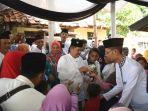 bupati-purwakarta-dedi-muyadi-bagi-thr_20170626_125939.jpg