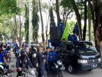 buruh-unjuk-rasa-di-depan-kantor-dprd-purwakarta-06102020.jpg