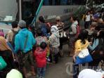 bus-budiman-menaikan-penumpang_20151208_155234.jpg