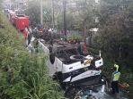 bus-kramat-jati-kecelakaan-dan-terbalik.jpg