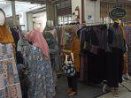 calon-pembeli-sedang-melihat-pakaian-gamis-di-baltos.jpg
