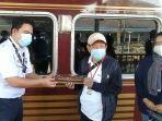 calon-pengguna-jasa-layanan-kereta-api-wisata-didi-turmudzi-tengah-menerima-miniatur.jpg