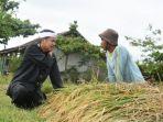 calon-wakil-gubernur-jabar-dedi-mulyadi-bersama-petani-indramayu-2_20180221_211417.jpg